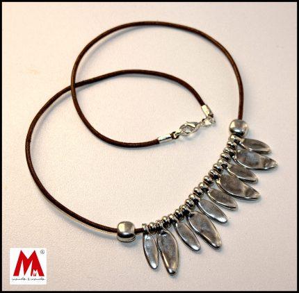 Collar de mujer corto de cuero con pétalos bañados en plata